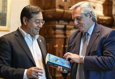 Arce obsequió a Fernández un libro de su autoría