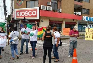 """Un grupo de vecinos inició el miércoles una protesta pacífica en puertas del Tribunal Electoral Departamental (TED) para exigir la inhabilitación de las exautoridades y candidatos del Movimiento Al Socialismo (MAS), Evo Morales y Luis Arce.     """"No queremos la habilitación de Evo Morales y Luis Arce, y ante la amenaza de hechos vandálicos, como ciudadanos cruceños hemos decidido resguardar el Tribunal Electoral, no vamos a permitir que delincuentes vengan a hacer lo que hicieron meses pasados"""", dijo la representante de una de las plataformas ciudadanas, Kitita Roca.   Con parcartas y pasacalles vecinos un grupo de ciudadanos continúa en vigilia.  """"Seguiremos esperando. Ya deberían haberse pronunciado. Ellos de una vez deben pronunciarse. Estamos presionando para que se elimine la personería jurídica del MAS. Es lo justo por los hechos de fraude"""", sostuvo, uno de los que protesta.     Las personas apostadas en el ingreso del TED advirtieron que levantarán su medida cuando se confirme la inhabilitación de Morales y Arce, caso contrario se mantendrán movilizados en las calles."""