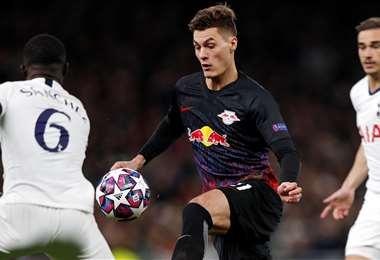 El delantero checo del RB Leipzig Patrik Schick, intenta eludir la marca del defensor colombiano del Tottenham Hotspur Davinson Sánchez. Foto. AFP