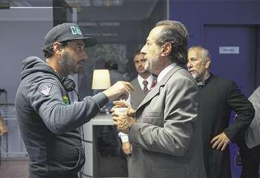 Winograd (izq.) coordina una escena con el gran Guillermo Francella, que junto a Diego Peretti, es uno de los protagonistas de la película. FOTO: WARNER