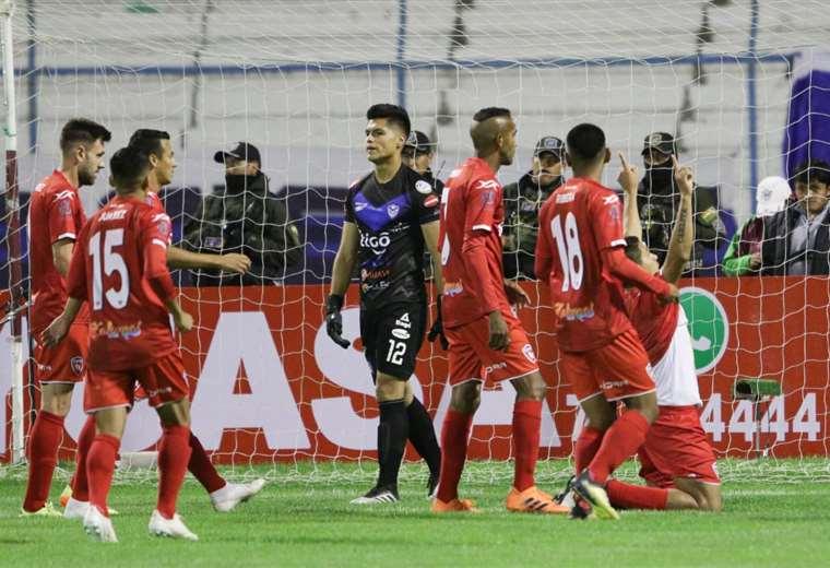 La celebración de Carlos Saucedo tras marcar el primero para Royal Pari. Foto: APG