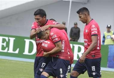 'Pochi' Chávez besa el balón tras marcar de penal a Blooming en Cochabamba. Foto. APG Noticias