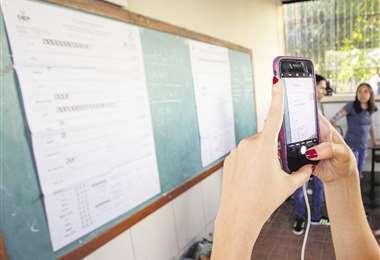 Para hacer el conteo rápido y dar los datos preliminares, usan fotografías de las actas de votación que se tienen en cada una de las mesas. Foto: Hernán Virgo