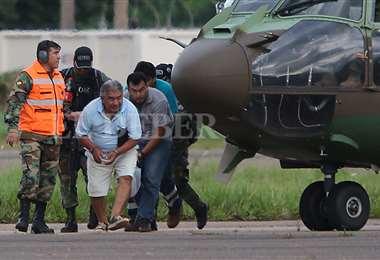 Los aprehendidos en Guayaremín arribaron la tarde de este miércoles al aeropuerto El Trompillo de Santa Cruz. Cruz. Foto: Hernán Virgo