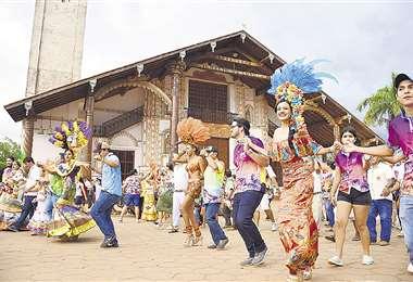 Nayra Salinas, reina del Carnaval de San Ignacio, lista para el corso del sábado por la tarde. Foto: MODESTO MENDOZA