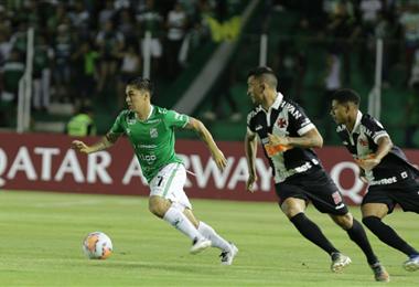 Jaime Carreño lleva el balón seguido por dos rivales. Foto Fuad Landívar