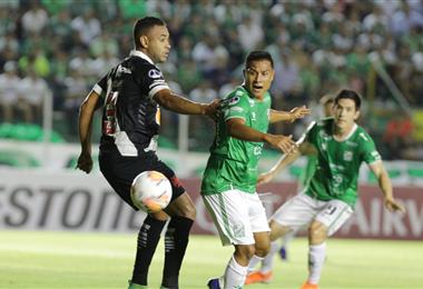 El partido entre bolivianos y brasileños se juega en el Tahuichi. Foto. Fuad Landívar