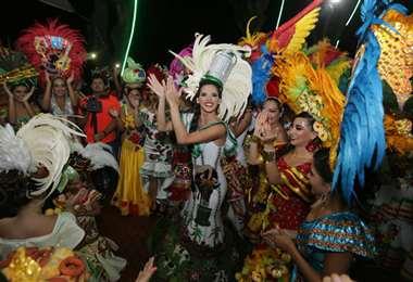 Romy Paz compartiendo con las reinas (Foto: Fuad Landívar)