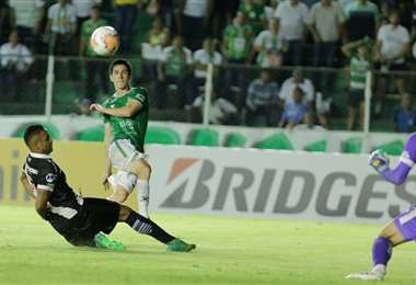 Marco Bueno ya sacó el derechazo que se estrelló en el horizontal del arco brasileño. Foto. Fuad Landívar