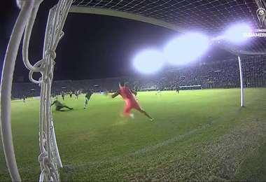 Marco Bueno ya sacó el derechazo que se estrelló en el horizontal del arco brasileño.