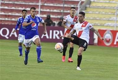 Javier Sanguinetti (11) de Always domina el balón seguido por un rival. Foto. APG Noticias