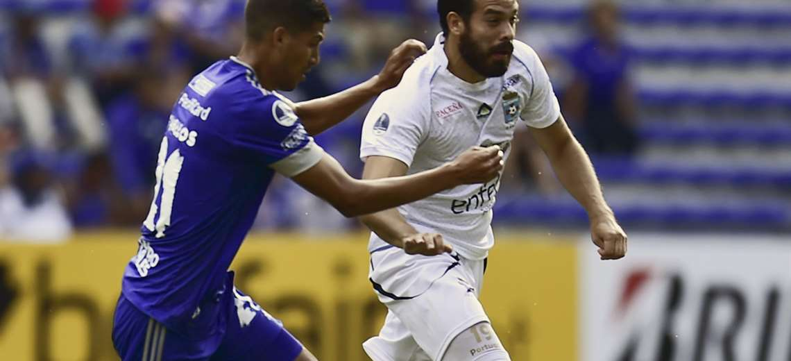 Junior Sánchez, de Blooming es seguido por José Francisco Cevallos, de Emelec en el estadio George Capwell, de Guayaquil. Foto. AFP