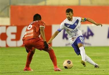 Marcelo Gomes, de San José domina el balón ante la marca de Álvaro Quiroga, de Guabirá. Foto. APG Noticias