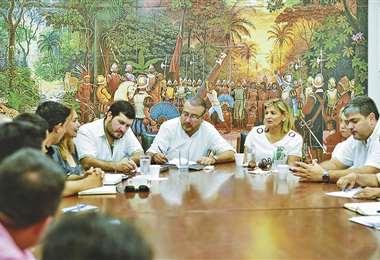 Pasado el mediodía los presidentes cívicos firmaron la resolución. Foto: Comité Cívico