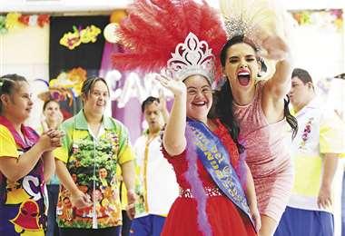 La reina del Carnaval cruceño, Romy Paz, visitó ayer a la reina de la Fundación Síndrome de Down, Carla I. Foto: Ricardo Montero