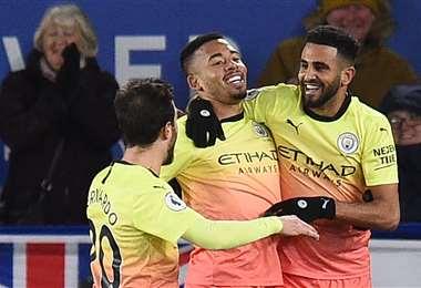 Las felicitaciones son para Gabriel Jesús (c), que este sábado hizo el gol del tirunfo para Manchester City. Foto: AFP