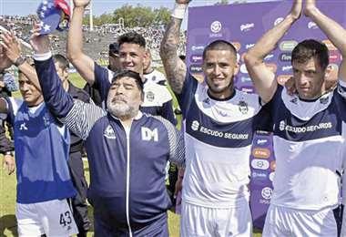 Diego Maradona y sus dirigidos en Gimnasia celebraron ayer un triunfo vital ante Independiente por el torneo argentino. Foto: Internet