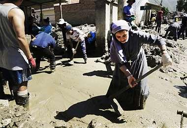 Todos se suman a la limpieza del lodo y rocas en Tiquipaya. Foto: APG