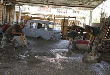 Los soldados colaboran con tareas de limpieza en Tiquipaya. Foto: APG