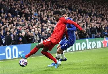 Alphonso Davies, del Bayern protege el balón ante la marca de Andreas Christensen, del Chelsea. Foto. @FCBayern