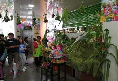 Los comerciantes decoran sus puestos con albahaca. Foto: Red Uno Sur