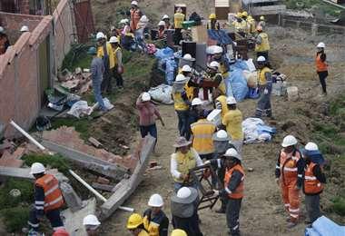Los grupos de emergencia trabajan de manera ardua en las zonas afectadas. Foto: APG