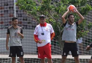 José Peña da instrucciones a Carlos Ribera y Mauricio Saucedos, jugadorse de Real Santa Cruz. Foto: Hernán Virgo