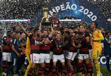 Los jugadores del Flamengo celebran un nuevo título internacional. Se apoderaron de la Recopa Sudamericana. Foto. AFP