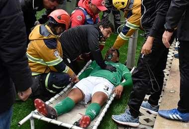 Wilfredo Soleto es atendido por el médico de Oriente, Jeus Salvatierra, en El Alto. Foto. APG Noticias
