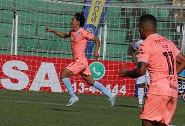 Víctor Ábrego, delantero de Bolívar, que jugará desde la fase de grupos la Copa Libertadores. Foto: Fuad Landívar