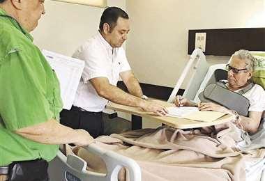 Ayer, el municipio envió esta imagen del alcalde en su cama en la clínica firmando documentos de gestión. Foto: GAMSC