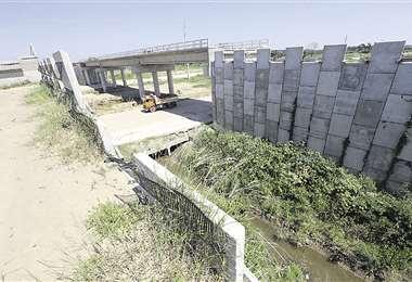 En estas condiciones se encuentra uno de los seis viaductos que deben ser construidos en los 27,5 kilómetros que abarca el proyecto vial. Foto: Fuad Landívar