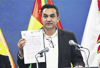 El ministro Yerko Núñez presentó ayer el Decreto Supremo 5149 firmado por la presidenta y su gabinete. Foto: ABI