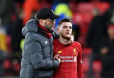El director técnico del Liverpool, Jurgen Klopp trata de consolar al defensor Andrew Robertson tras la derrota ante Watford. Foto. AFP