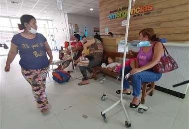 Estos niños reciben tratamiento en bancas. Sus mamás los acompañan. Foto: Hernan Virgo