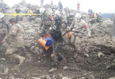 Momento en el que se retiraba el cuerpo del fallecido de entre los escombros. (Foto. APG)