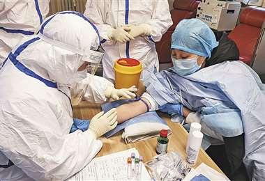 Una mujer que se ha recuperado luego de estar infectada con el coronavirus, dona plasma en un hospital de Zouping al este de Shangdon. Foto: AFP