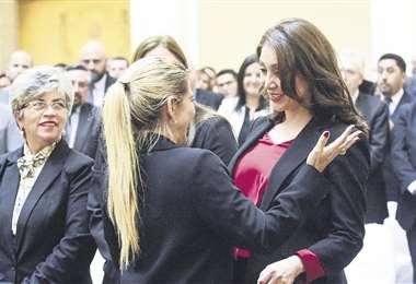 Áñez también tiene mujeres a su alrededor, como las ministras Isabel Fernández y María Elva Pinckert. Foto: ANF