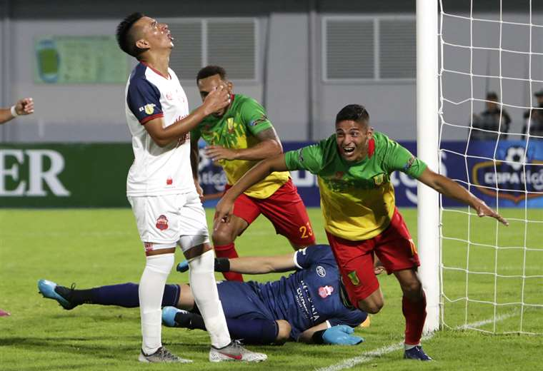 Luis Jaldín inicia el festejo tras marcar el primer gol para el equipo de Vinto ante Guabirá. Foto. APG Noticias