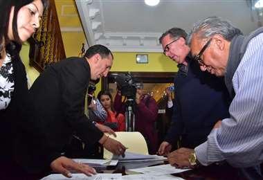 El delegado de CC, Carlos Alarcón, inscribió a los candidatos de esta alianza. Foto: APG