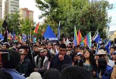 En los alrededores del TSE se congregó gran cantidad de personas. Foto: APG