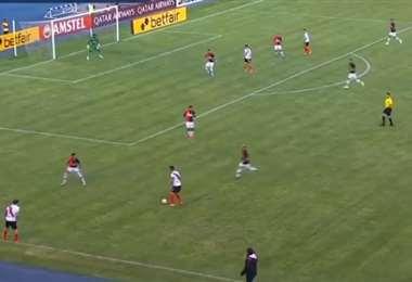 El partido entre bolivianos y peruanos se disputa en el estadio Víctor Agustín Ugarte