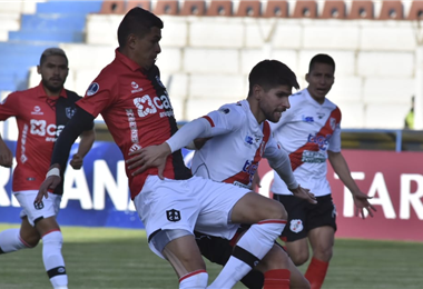 El partido entre bolivianos y peruanos se disputa en el estadio Víctor Agustín Ugarte. Foto. APG Noticias