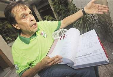 Ronald Castedo, muestra parte de la historia clínica de más de mil hojas que presentó a los jueces