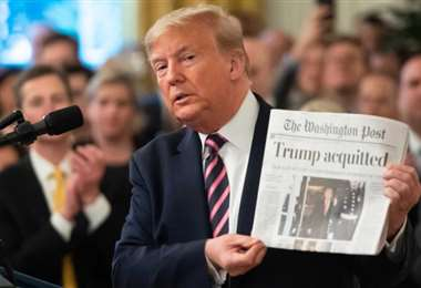 Trump se mostró satisfecho mientras mostraba la portada del Washington Post