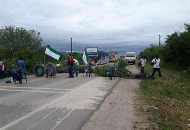 La ruta se encuentra bloqueada por cívicos. Foto Radio Top 90.7