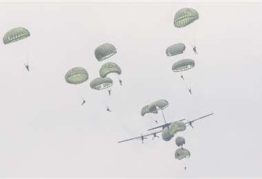 Más de 200 militares saltaron del Hércules en paracaídas en presencia de sus familiares. Foto: Jorge Ibáñez