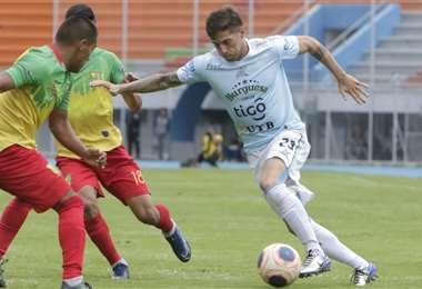 Morello se lleva el balón ante la marca de dos rivales. Foto: APG