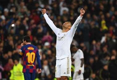 Casemiro, del Madrid, celebra el triunfo. En el fondo Messi, del Barcelona, lo sufre. Foto. AFP