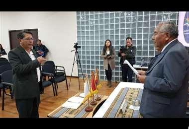 El ministro Víctor Hugo Cárdenas posesionó en el cargo a Molina.